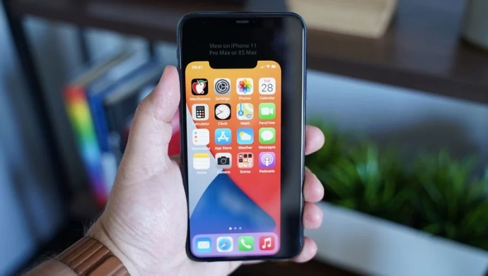 5.4 英寸苹果 iPhone 12 屏幕机身有多小?虚拟模型机:单手可握